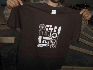 Ce jour-là In Bô est venu apporter à Hêtre Nomade un tee-shirt pour sa participation à Ulule