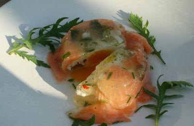 Oeuf en gelée enveloppé de lamelles de saumon