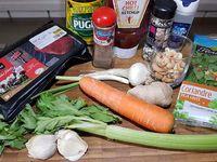 1 - Préchauffer le four th 7 (210°). Peler la carotte, la couper en rondelles. Tailler la branche de céleri en petits morceaux. Peler et hacher l'oignon nouveau, le gingembre. Peler et dégermer l'ail et le hacher également. Mettre dans un mixeur tous ces ingrédients taillés avec le sésame, les noix de cajou et la coriandre fraîche et mixer le tout grossièrement, assaisonner avec sel et poivre suivant vos goûts. Etaler ce pesto dans une assiette, et le ketchup dans une autre assiette.