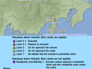 On the left, the Hakoneyama on 30.06.2015 / 1:28 p.m. loc. / Excerpt from a video JMA - right, risk level map / JMA - one clic to enlarge.