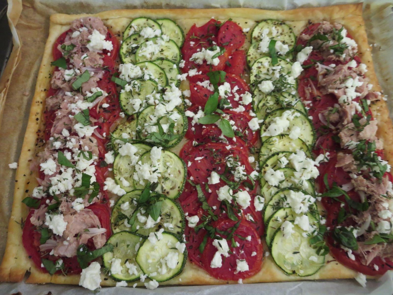 Une tarte salée /repas du soir. Sur pâte feuilletée du commerce...Tomates, Courgettes, Thon, Fêta, oignons frais, basilic et thym frais et indispensable  huile d'olive