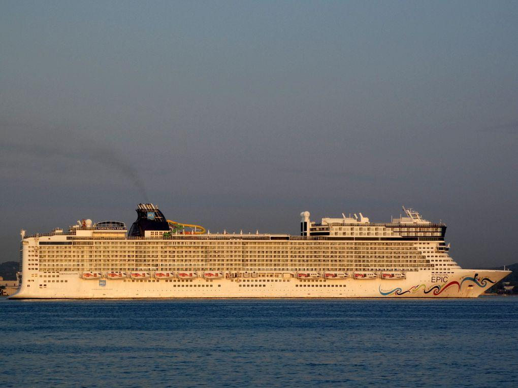 NORWEGIAN  EPIC , entrant en petite rade de Toulon et se dirigeant vers le mole d'armement Nord à la Seyne sur Mer le 18 septembre 2020