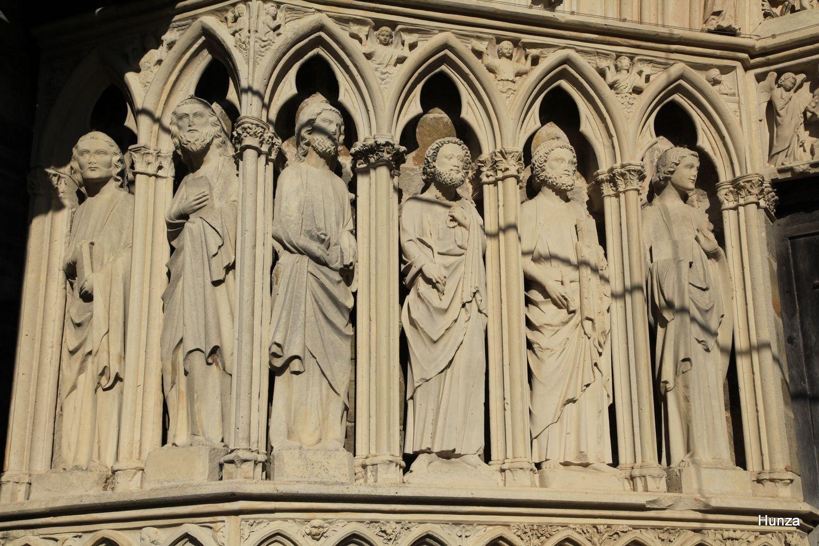 Rampillon, statues du portail de l'église Saint-Elyphe (les apôtres)
