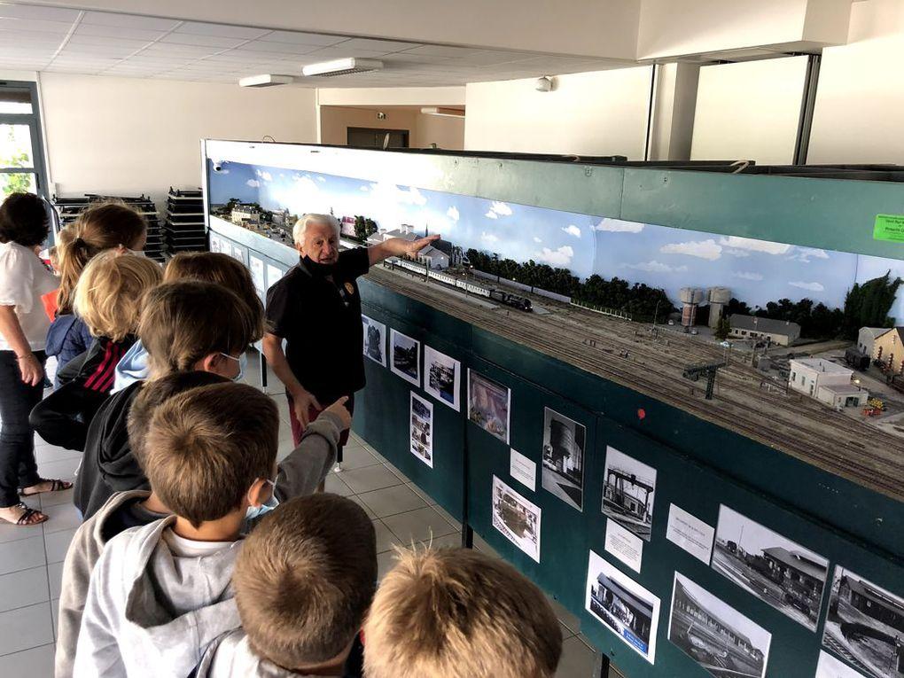 Découverte de la maquette de la gare d'Auray avec les classes de cp-ce1