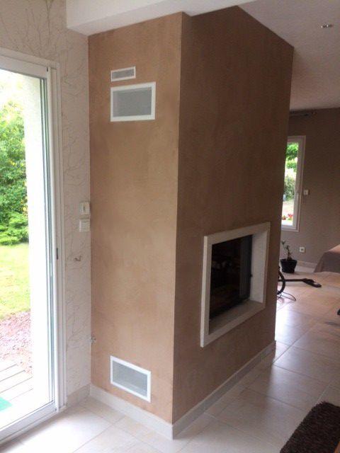 Qu'elle soit ancienne ou toute récente, la cheminée est un élément de décoration à part entière qui met en valeur votre intérieur. Pièce maîtresse d'une pièce, elle apporte cachet et chaleur.