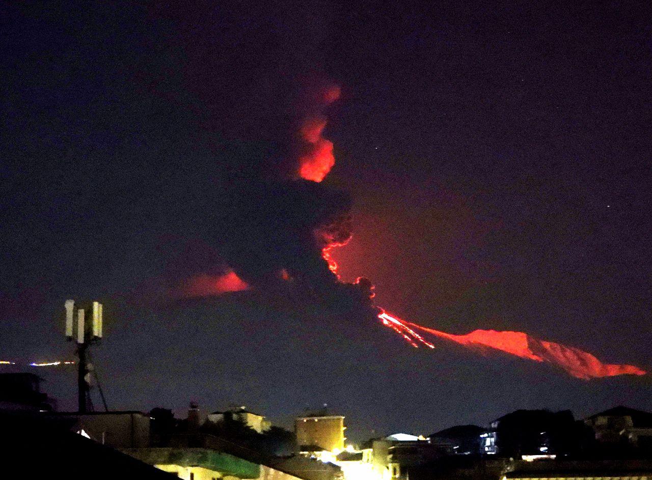 Etna SEC - Au cours des deux ou trois minutes suivantes, un énorme nuage noir s'élève de la coulée pyroclastique, rétroéclairé par les fontaines de lave du cratère sud-est. - photo Boris Behncke 24.03.2021