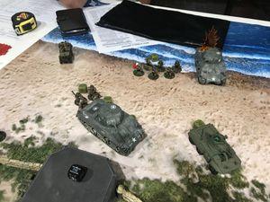 Le lance flamme est juste derriere le Sherman ! et le bunker allemand se fait contourner ! Pendant ce temps les troupes  d'élites anglaises se font décimer sous les tirs croisés... même en 6 tours prendre 2 objectifs sur 3 est quasiment impossible ...la victoire allemande est déclarée !