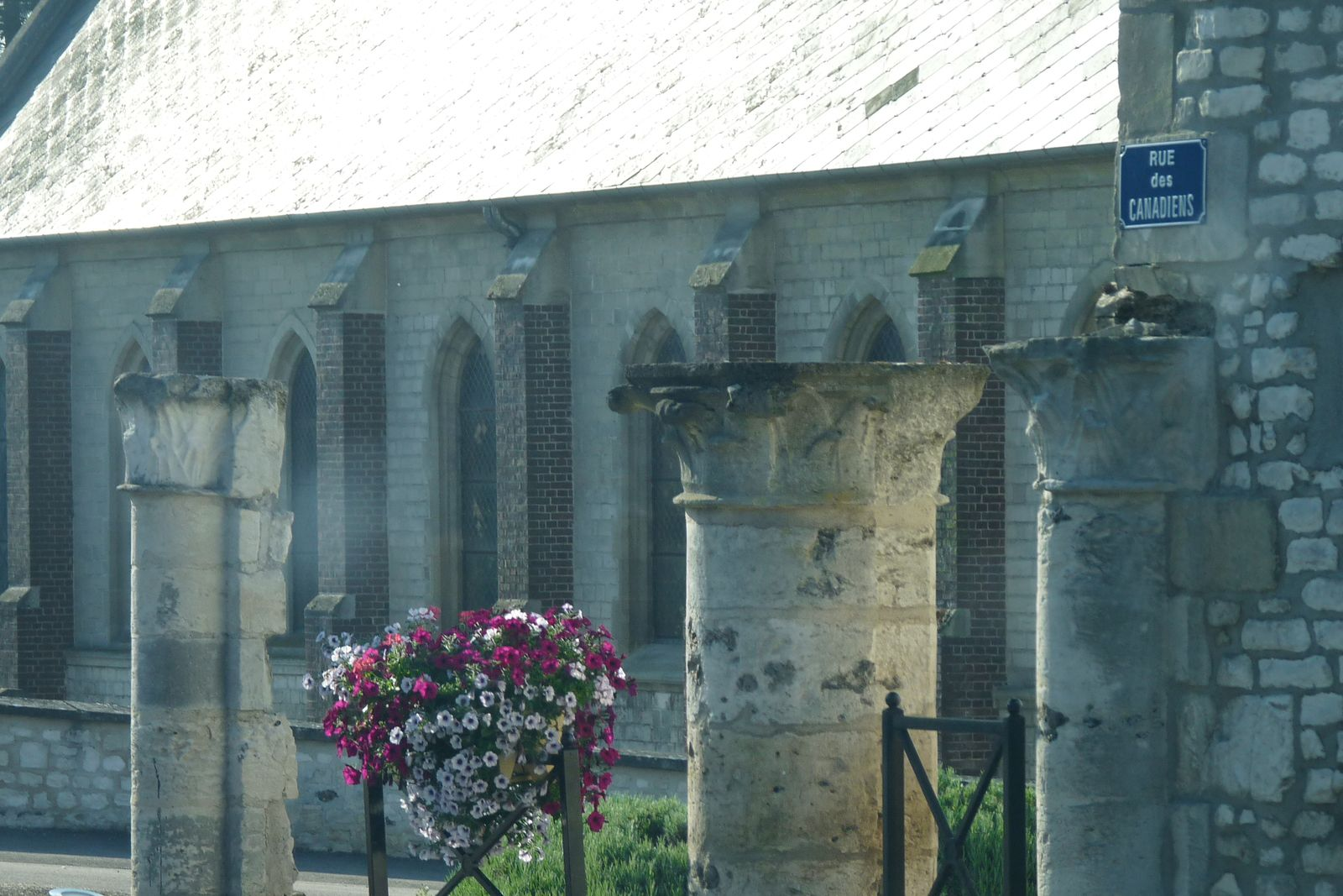 Les colonnes en question devant l'église Saint-Baudile (cliché d'Armand Launay, juin 2012).
