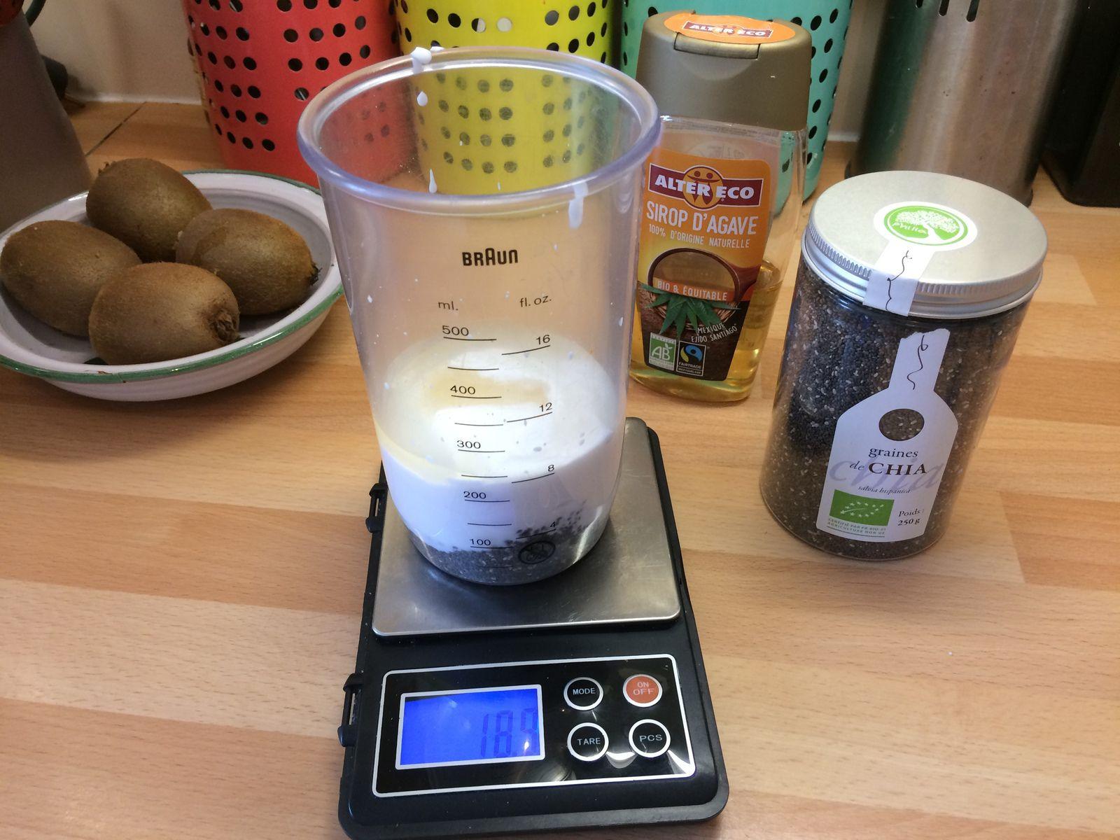 Le principe est simple mais il faut une balance assez précise pour obtenir la consistance désirée. Pour 20 cl de lait de coco fluide, on peut mettre entre 20 et 26 g de graines de chia, pour d'autres laits moins fluides, 15 g de graines donneront la bonne consistance. Il faut bien presser la brique de lait de coco pour avoir la bonne quantité (environ 192 à 194 g pour 20 cl).