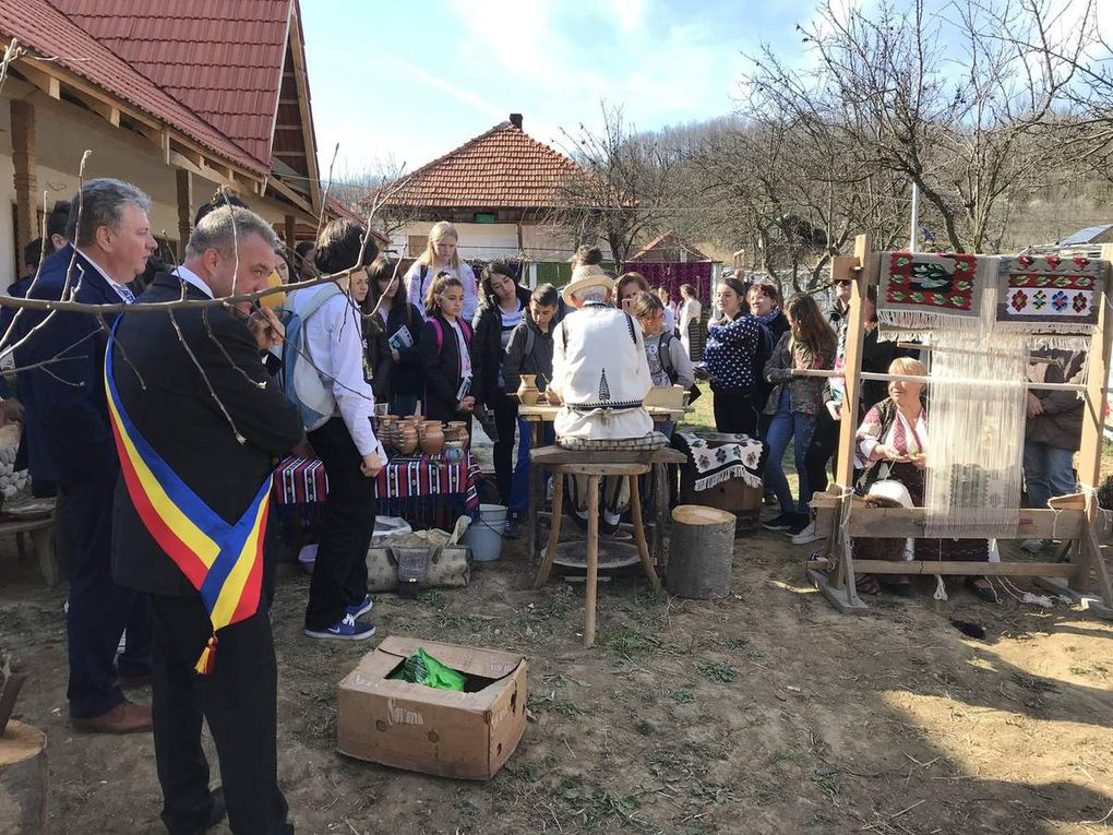 SMRO19 Poteries et chants dans un village traditionnel
