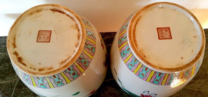 Ancienne paire de pots à gingembre porcelaine chinoise à motifs personnages et enfants