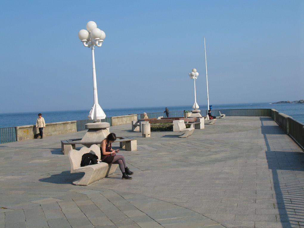 Je  ne peux que vous conseiller de vous promener sur le Paseo Maritimo... vous y rencontrerez des gens de tous les âges, à pied, à vélo, en rollers...