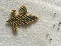 Je réalise une fleur de lys en tissage brick stitch