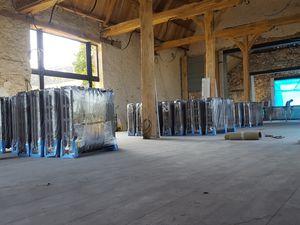 Ci dessous assemblage sur place d'un radiateur constitué de 35 éléments hauteur 96cm longueur 300cm 8700watts 8,7kw poids 580kg pour un long pan de mur de la salle de réception .