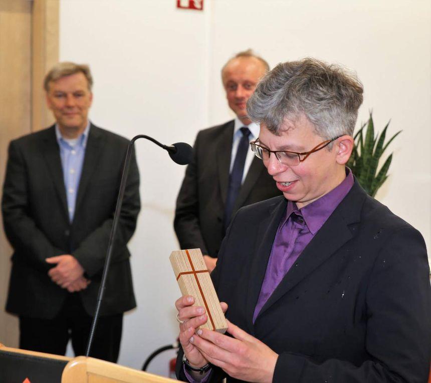 Die Pfarrerin überreichte dazu passend als Einweihungsgeschenk an den Geschäftsführer ein Lichtkreuz mit den Farben der ENERGIE.