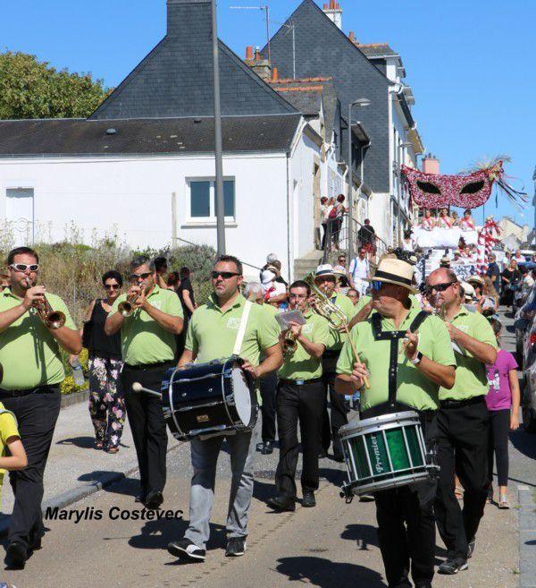La fanfare des Guelloh-Guel précède le char des Majestés.