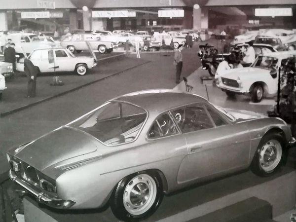 La nouvelle A 110 avec moteur de la R8 Renault  de 856 cm3 de 1962 - la berlinette A 110 de 1963 dans sa configuration de série reconnaissable à ses charnières sur le capot moteur à l'arrière -  En 1963 - 64, la berlinette Alpine n'existe pas  en beaucoup d'exemplaires, mais elle commence à se faire connaître autant par ses performances que par son élégance.