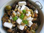 Salade de légumes de printemps cuits à la fêta et aux olives vertes