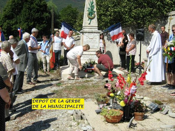 Après le dépôt de gerbes, la « Marseillaise » a sonné le signal du départ de la procession vers la prochaine étape.