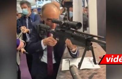 En visite au salon Milipol, Éric Zemmour pose avec le sniper utilisé par le Raid. « Ça rigole plus là hein…Reculez ! », dit-il à la presse (Vidéo)