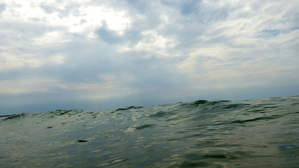 Quelques petites vagues pour essayer de surfer. Guillaume en a profité pour recevoir son baptême.