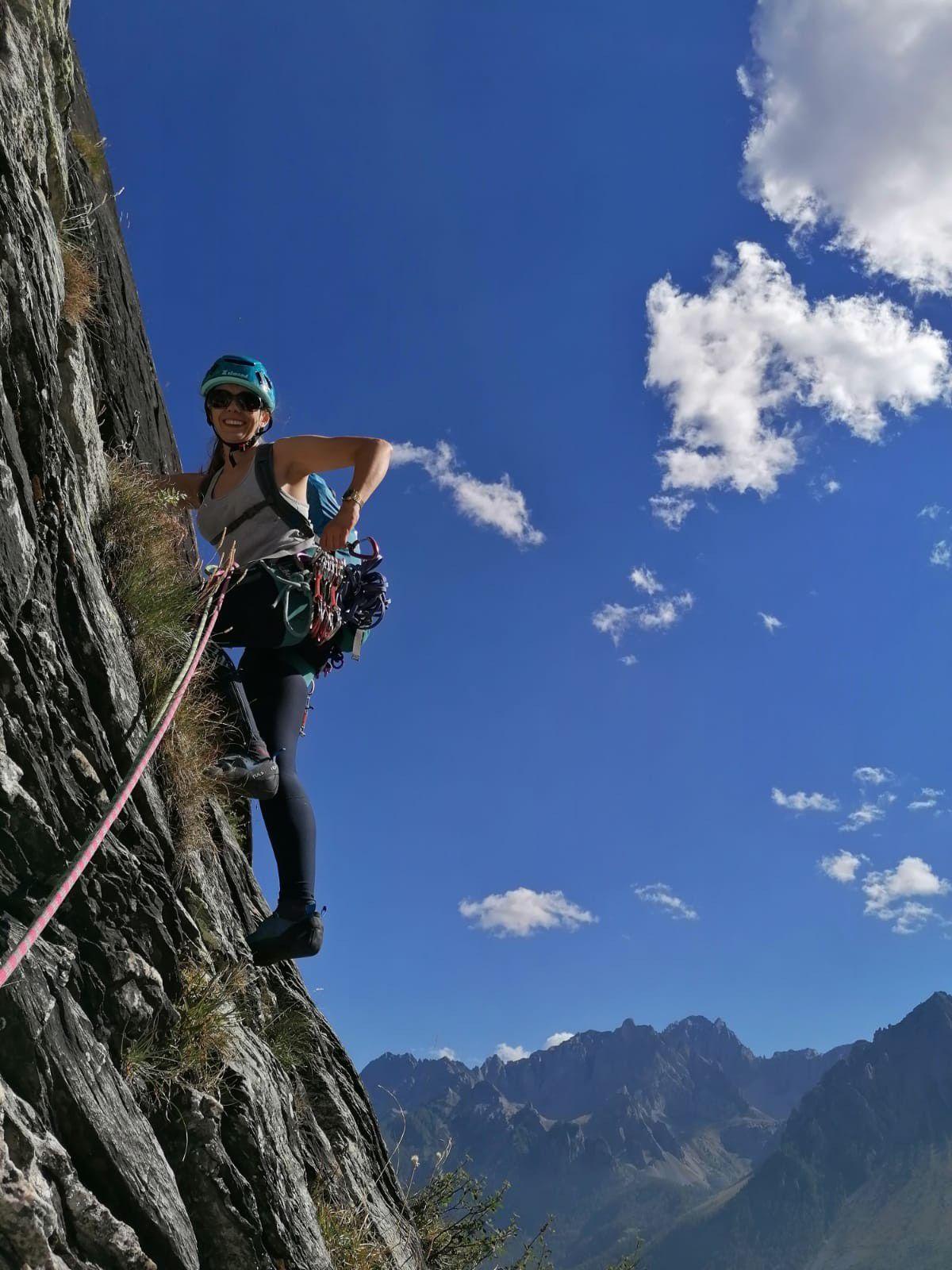 Anna teste le rocher local dans les contreforts de la crocce provenzal