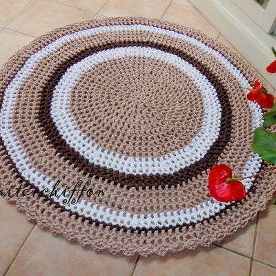 Tapis rond en trapilho crocheté