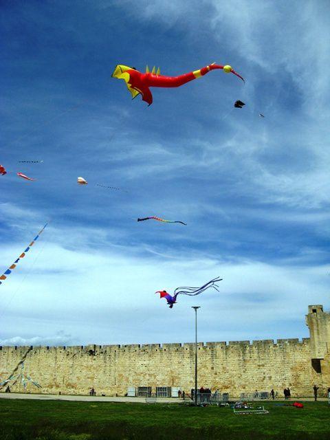 Animation cerfs-volants pour la fête du printemps de la cité. Une seconde édition assurée par 15 cerf-volistes de l'Hérault, du gard et de la région PACA Météo assez fraiche avec vent perturbé d'ouest et nord oueest de 3 à 6 Beaufort.