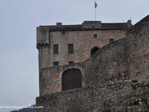 On passe au pied du château – château défensif . (clic sur les photos pour les agrandir)