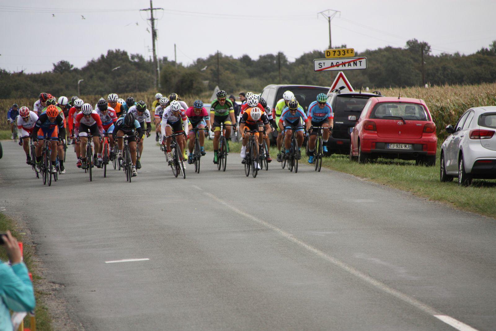 L'arrivée au  sprint  et  la victoire  pour Frédéric  PERMENAS(VC Matha)