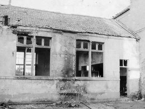 (À gauche) Photo de classe au début du XXe siècle - (À droite) L'école en ruine, avant sa démolition en 1986