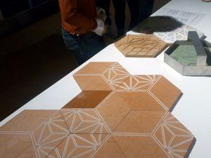 Les tomettes contemporaines connectées 3.0 mises au point par Anna Mishina et Michel Bandali sont exposées pour illustrer le rapport entre Design et produit de terre cuite.