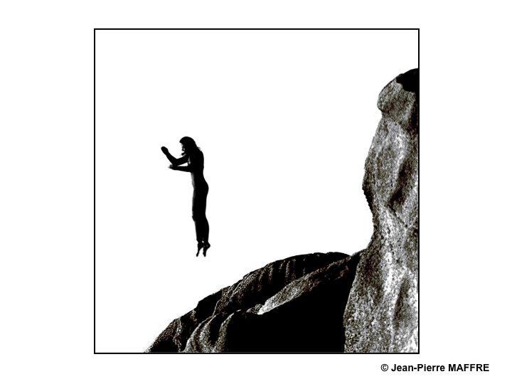 Des blocs de granit et des silhouettes acrobatiques de plongeurs.