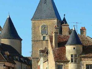 Le village et le château d'Epoisses, la Tour de l'horloge d'Avallon