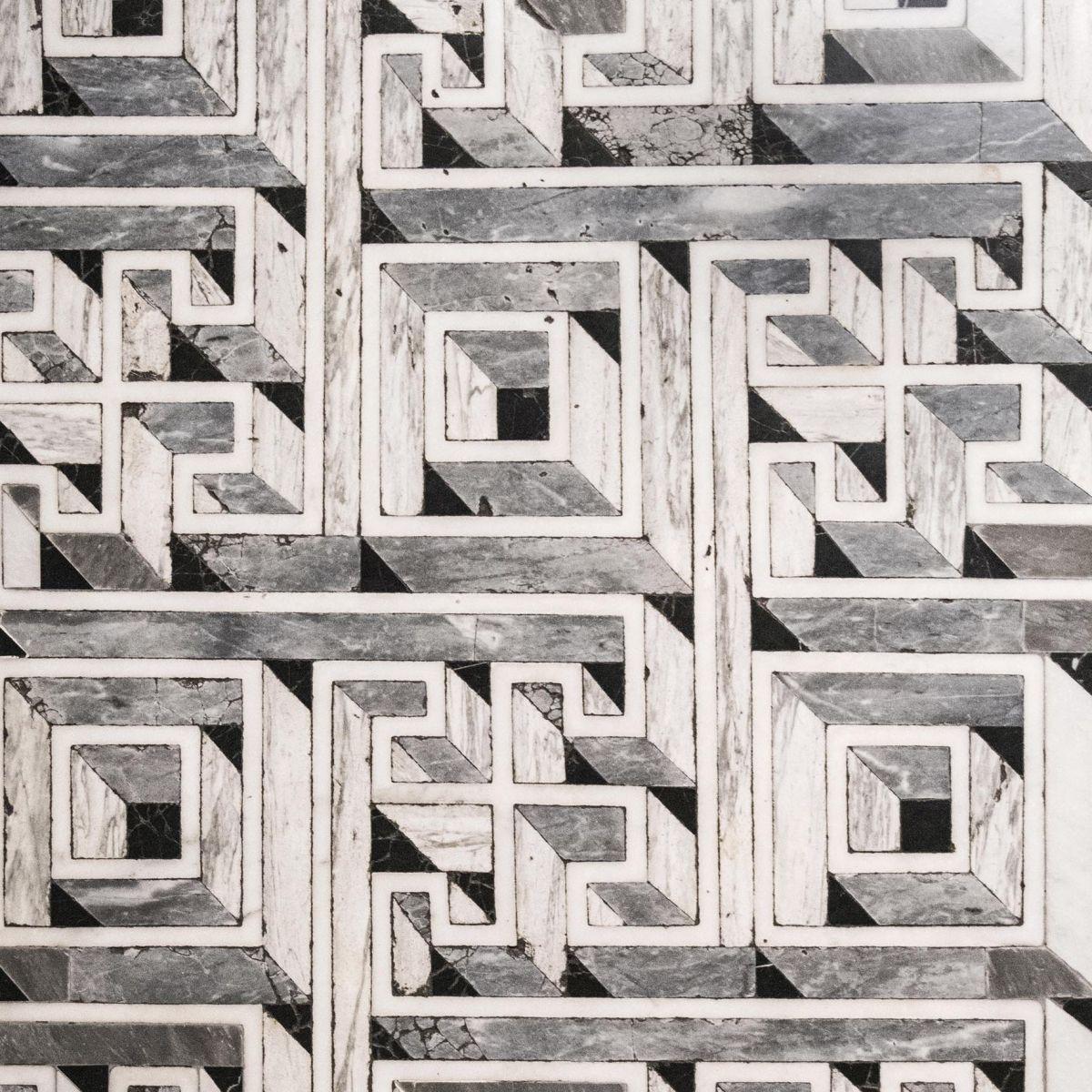 Raimondo di Sangro avait une conception ésotérique de la connaissance, réservée à un petit cercle d'initiés. Symboliquement, le Christ voilé représente la vérité à découvrir. L'allusion à ce chemin initiatique se retrouve dans le labyrinthe noir et blanc qui ornait le sol de la chapelle à l'époque.