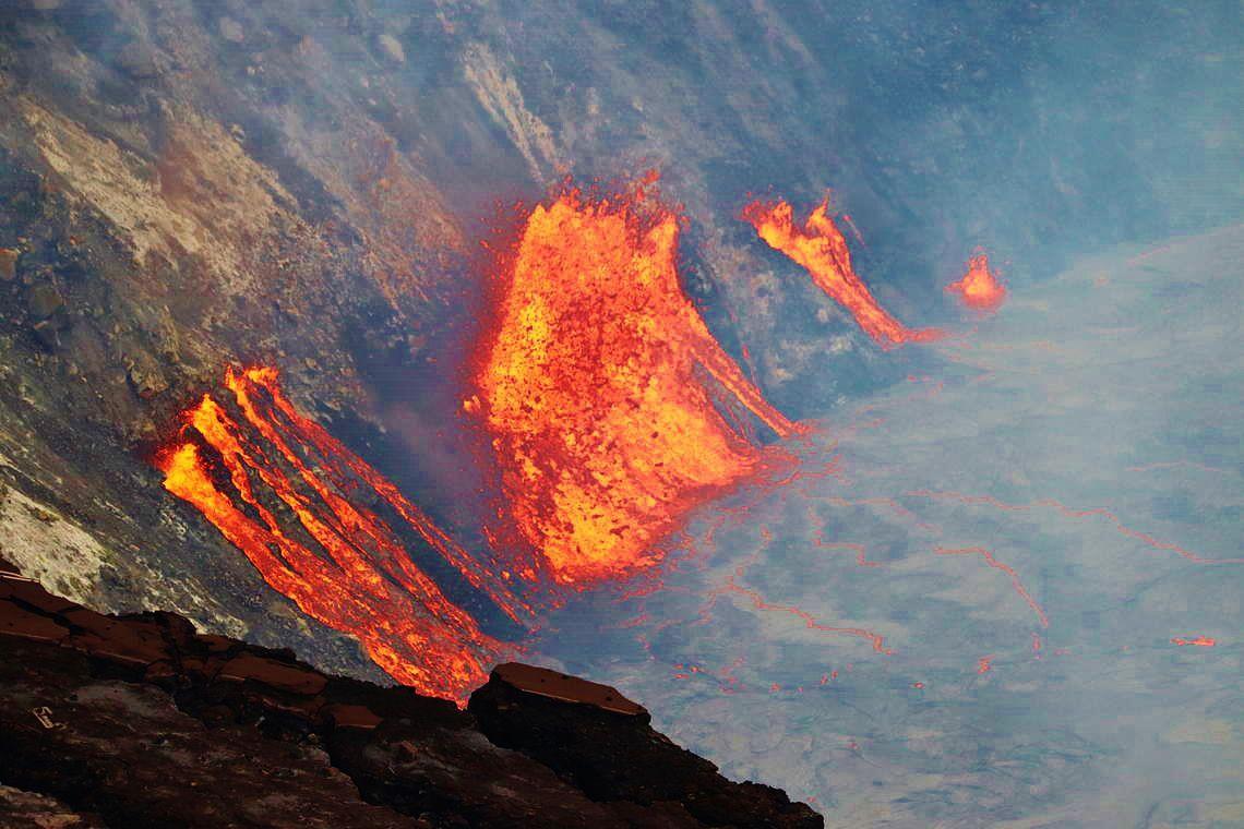 Cratère Halema'uma'u - La lave provenant de multiples fissures continue d'élever lentement le niveau du nouveau lac de lave actif au sommet du Kīlauea.- USGS / 2021.09.29 15h21. TVH.