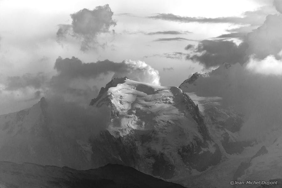 La montagne en noir et blanc