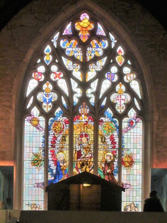 On ne peut qu'admirer les très beaux vitraux, véritables patchworks de verres colorés.