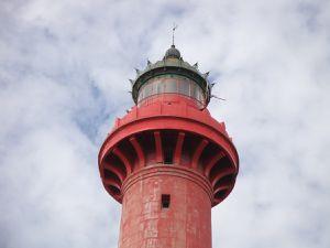 J'aimerai rendre hommage à ce phare.  Le phare de la Coubre bénéficie, en raison de sa hauteur et de sa lampe, d'une portée exceptionnelle de 28 milles marins. Il joue en effet un rôle fondamental pour le trafic maritime dans l'estuaire. En outre, le phare de la Coubre se distingue des autres par la présence d'une « barbette », un feu secondaire rouge aux deux tiers de sa hauteur, au niveau du changement de couleur de la tour.  Le phare est automatisé et gardienné, il est possible de le visiter, et de bénéficier d'une vue exceptionnelle sur la forêt de la Coubre, Bonne Anse, et l'estuaire de la Gironde. L'intérieur est carrelé d'opaline bleue.  la rapide évolution des fonds et bancs de sable dans l'estuaire5 le rapproche, cependant, dangereusement de la mer, de laquelle il n'est plus éloigné, en 2010, que de 150 mètres, à marée haute. De plus, le phare est en mauvais état et présente de nombreuses fissures et infiltrations. Ce phare est majestueux, il offre une vue imprenable. Son escalier hélicoïdal offrent des couleurs d'opalines sans pareilles ! Pourtant, il n'est pas entretenu, pas repeint.. L'intérieur est délabré, de nombreux carreaux en opaline son cassés, des toiles d'araignées agrémentent les murs ...C'est dommage.u