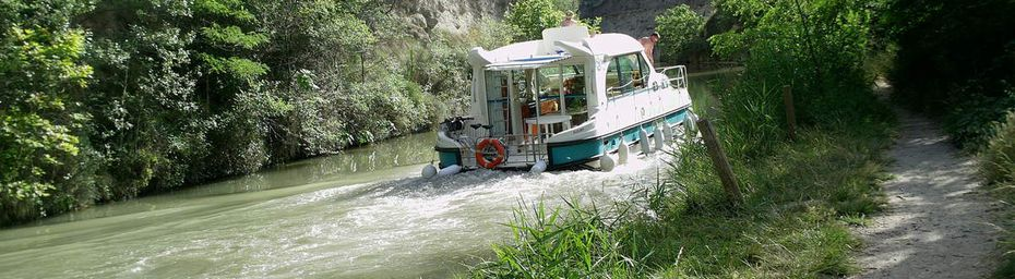 Rêverie près d'un canal.