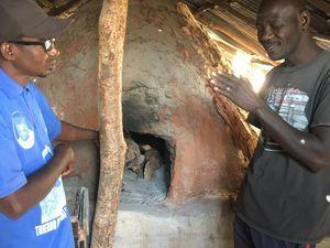 Visite d'un boulanger de Tankanto qui est candidat au prêt croissance. Objectif: stocker plus de farine pour fabriquer plus de pain (Le célèbre Tapalapa)