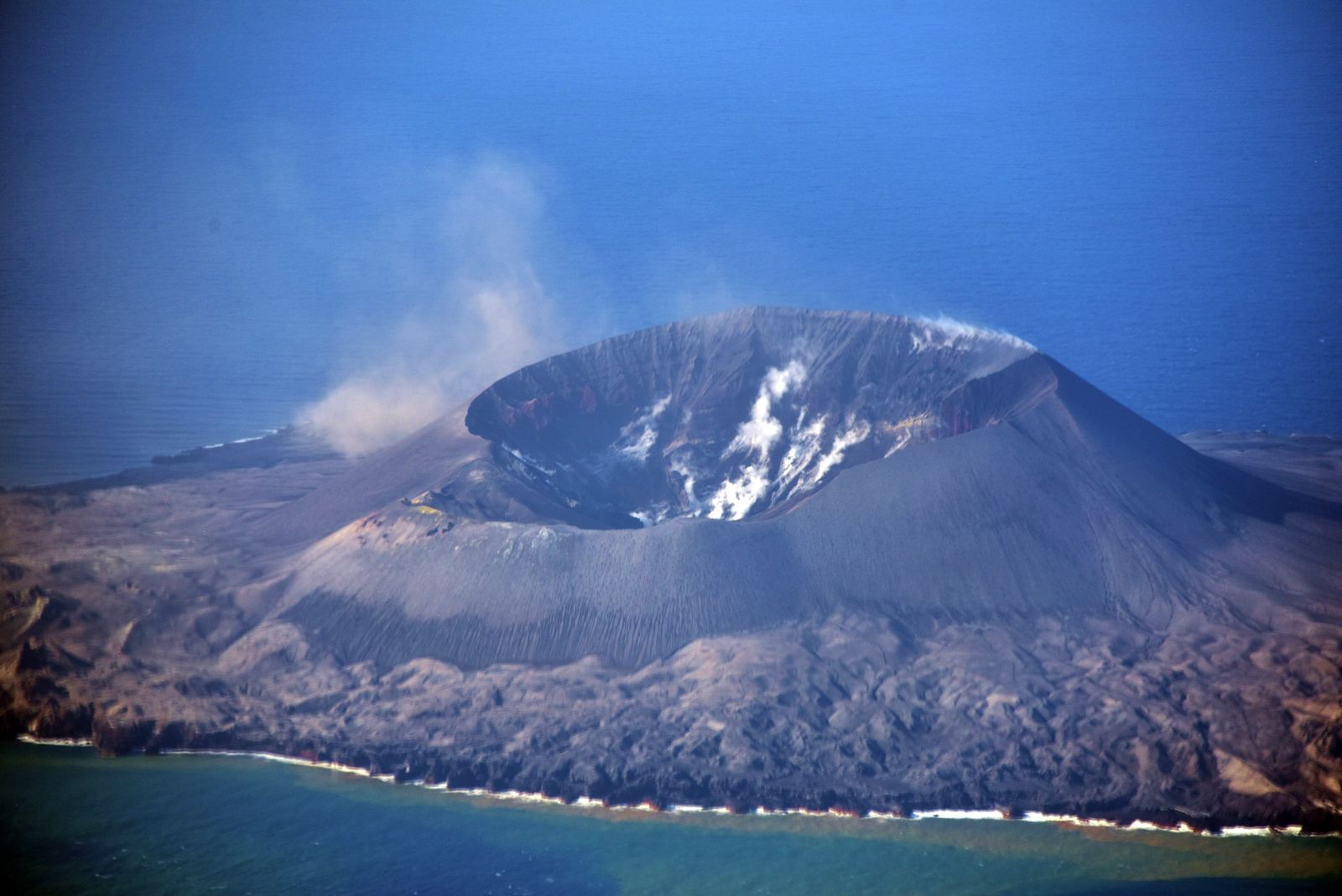 Nishinoshima - overview of 24.11.2020 - fumaroles inside the crater and on the edges - photo Japan Coast Guards
