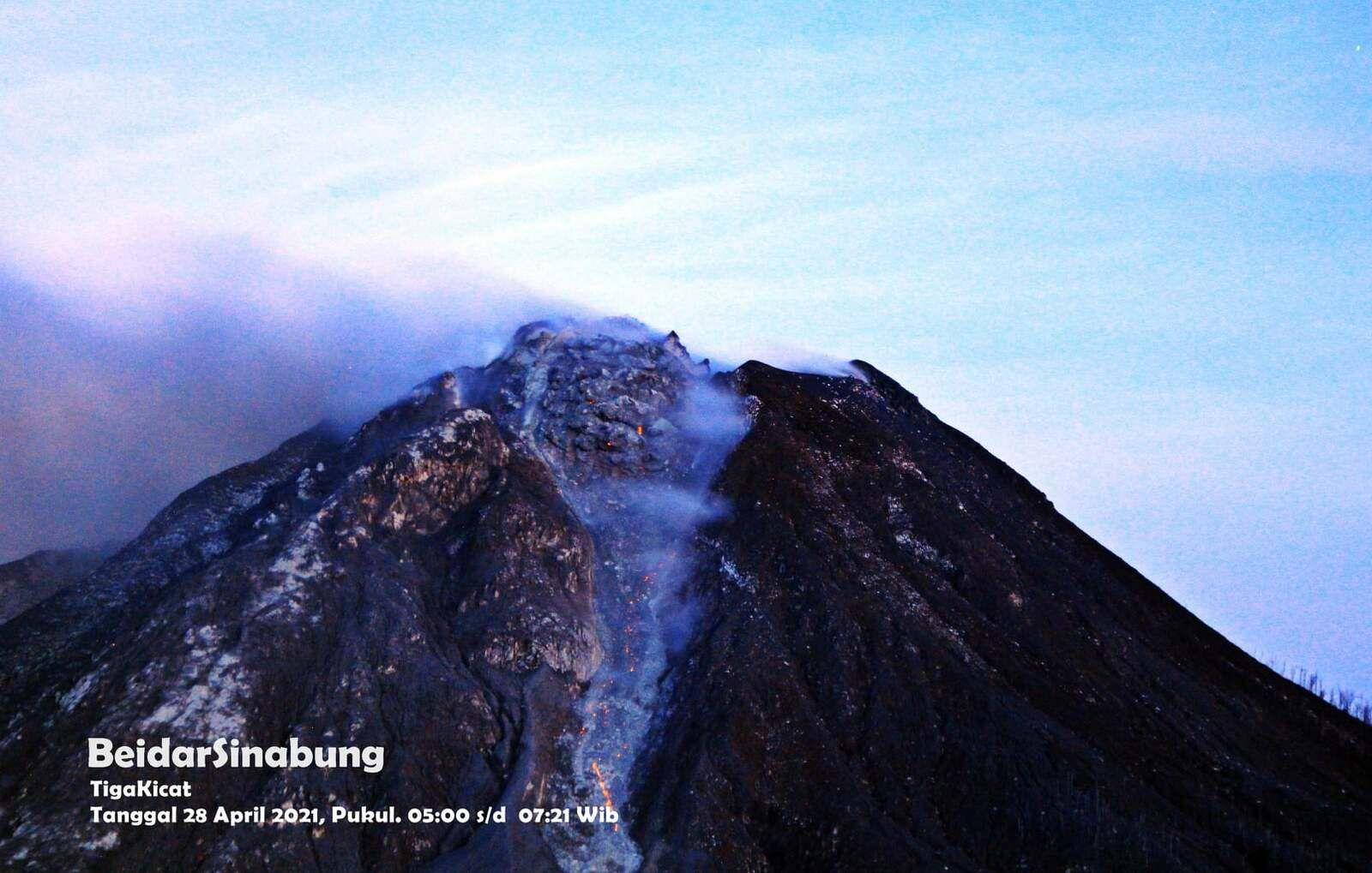 Sinabung by TigaKicat - the dome is imposing on 04.28.2021 / between 05:00 and 07:21 WIB - photo Firdaus Surbakti / Beidar Sinabung