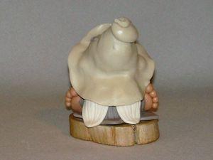 p'tit lutin sur rondin de bois flotté en porcelaine froide