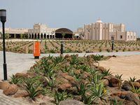 Les équipements de la plage et le complexe hôtelier dont son excellent restaurant.