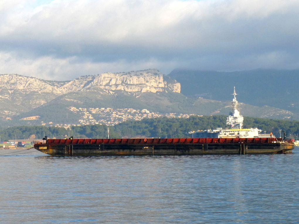 DN 149 , barge de transport arrivant à la Seyne sur Mer le 02 janvier 2017