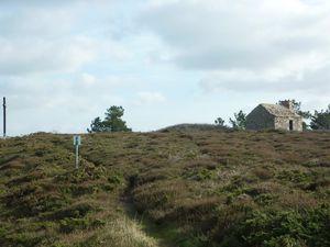 La croix de la fosse Eyrand et l'ancien corps de garde -