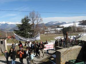 Ce dimanche 8 mars, plus de 200 personnes se sont réunies au lac de pelleautier et ont cheminé vers l'antenne. Le temps était au beau fixe et l'ambiance qui régnait là-bas était très bonne. Voici une galerie des photos que j'ai prises à ce mo