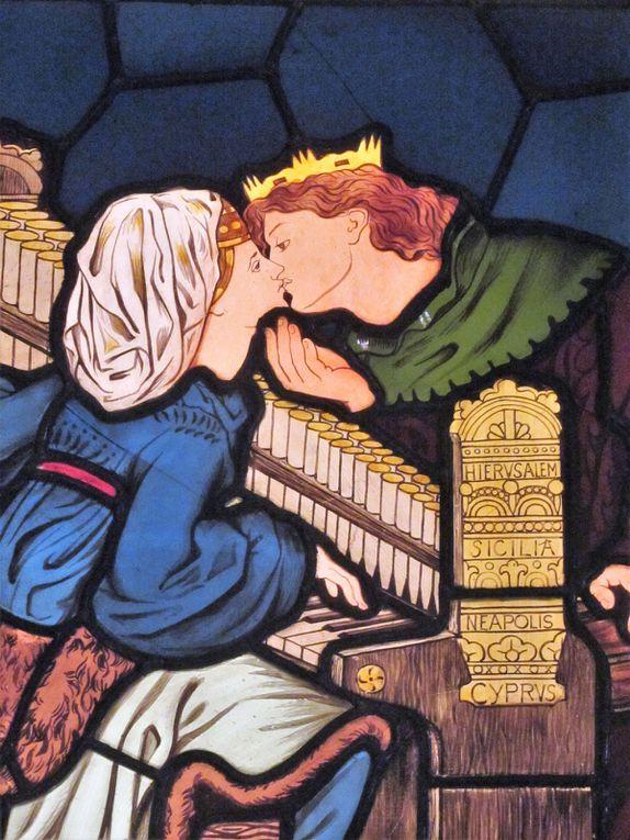 Il y a également de très nombreux vitraux, j'ai choisi de vous montrer ces deux ci qui évoquent les arts : la musique (1882) et l'architecture (1823). Je les trouve touchants par la simplicité de la représentation des couples amoureux.