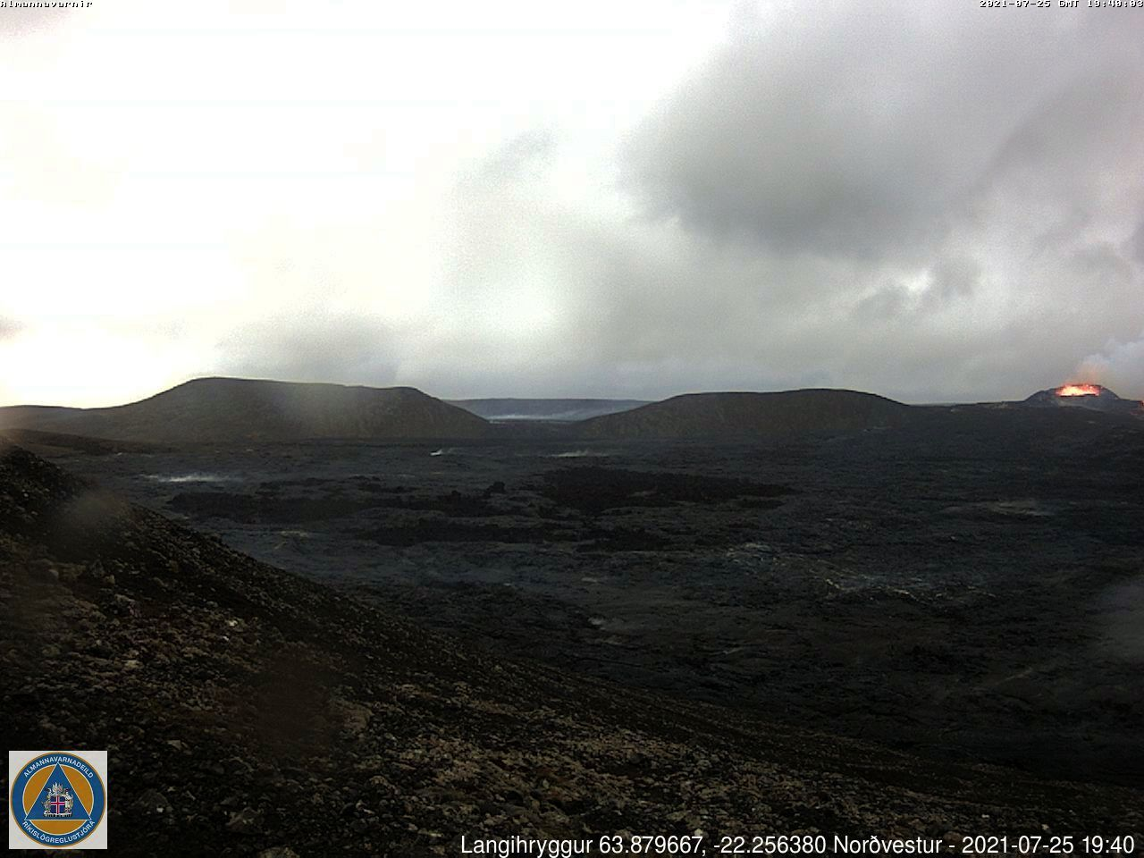 Fagradalsfjall - 25.07.2021, respectively at 7.40 p.m. and 10.00 p.m. - webcam_langihryggur NV